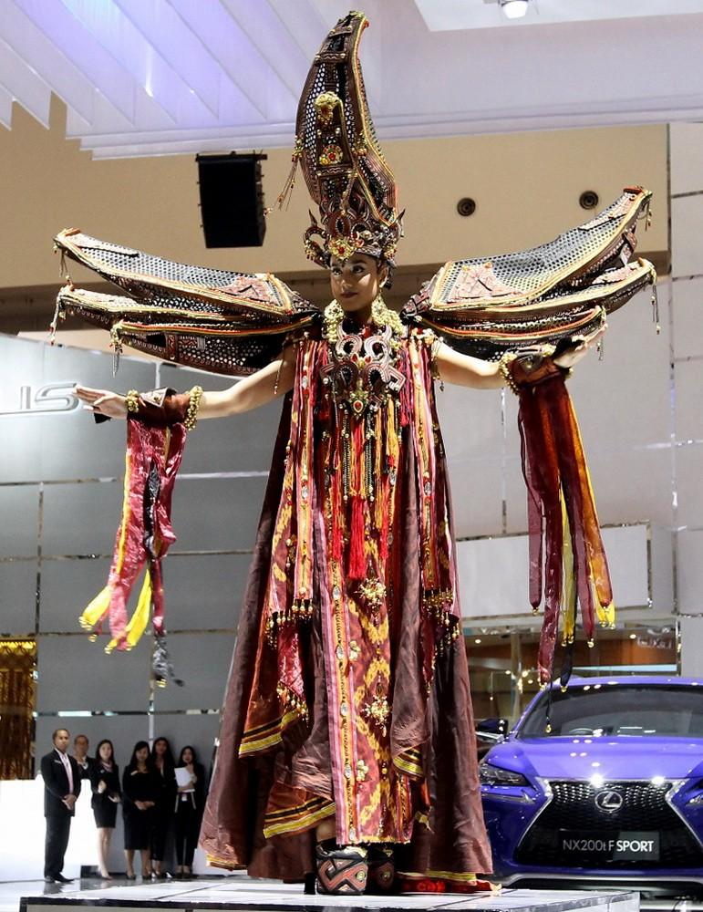 "Gaun ""The Mystical Toraja"" dibawakan oleh Putri Indonesia Pariwisata 2016 Intan Aletrino. Gaun indah ini terinspirasi dari budaya Toraja, persisnya Tongkonan atau rumah adat masyarakat Toraja. Ist"
