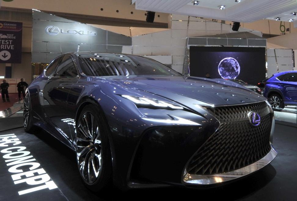 Lexus menyihir publik lewat mobil  konsep Lexus LF-FC di   GIIAS 2016.  Ist