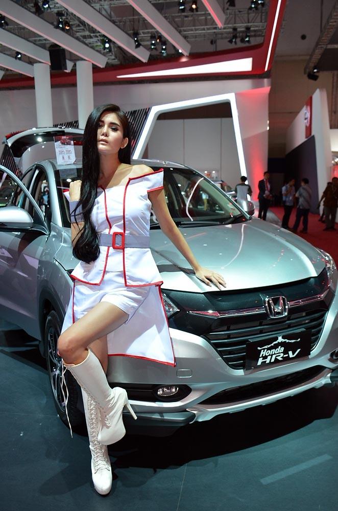 Gaya cool SPG dari Honda. (NextID)
