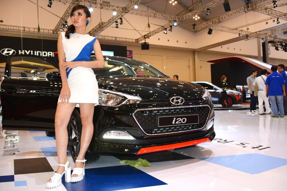 SPG dari Hyundai menatap ke arah para pengunjung. (NextID)