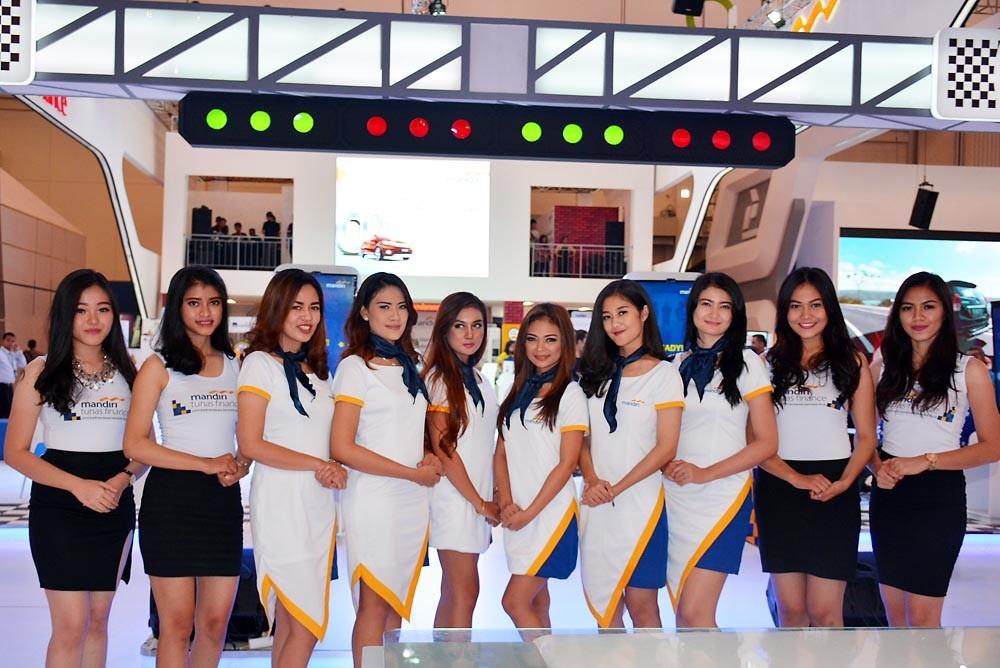 Para gadis SPG dari Mandiri Finance. (NextID)