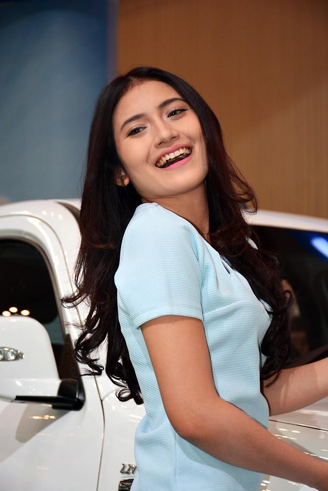 Senyum renyah dari SPG booth Tata Motor. (NextID)