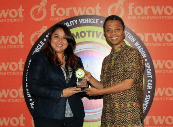 Indra Prabowo, Ketua Umum FORWOT menyerahkan penghargaan FORWOT Car of the Year 2016 kepada Intan Vidiasari, Head of MMC Public Relations Department KTB, Kamis (22/9). Ist