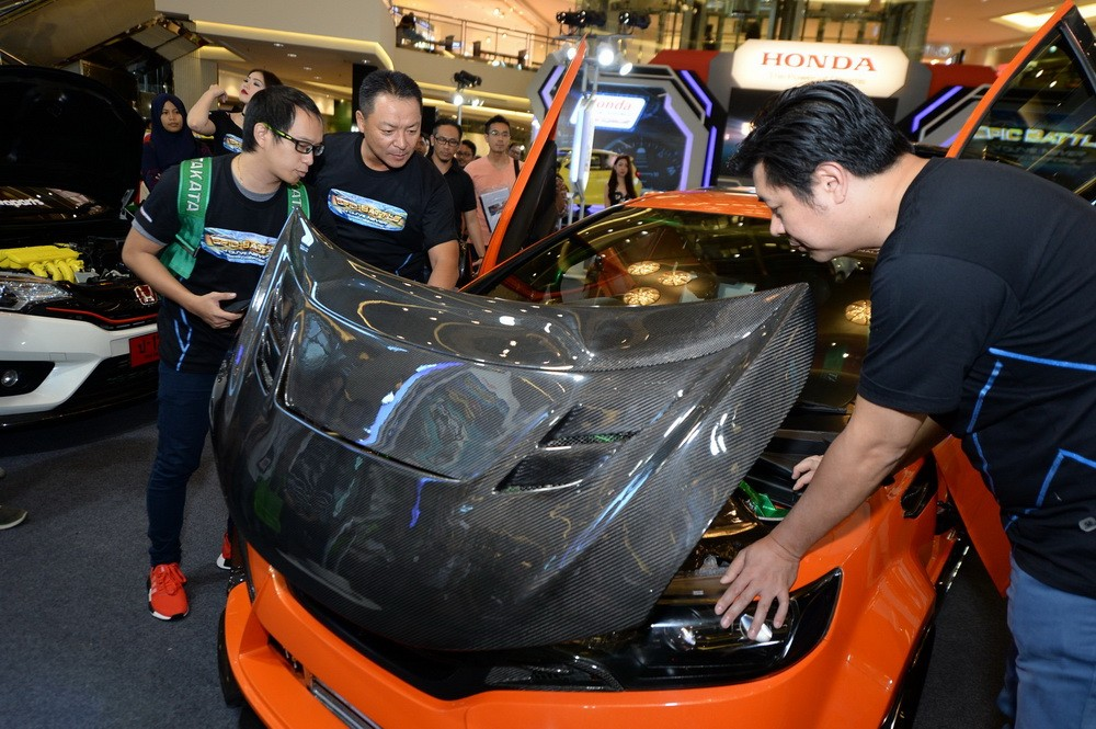 Petinggi Honda pun - Tomoki Uchida (kedua kiri) dan Jonfis Fandy (kanan) tercengang dengan hasil modifikasi salah seorang tuner.  Ist