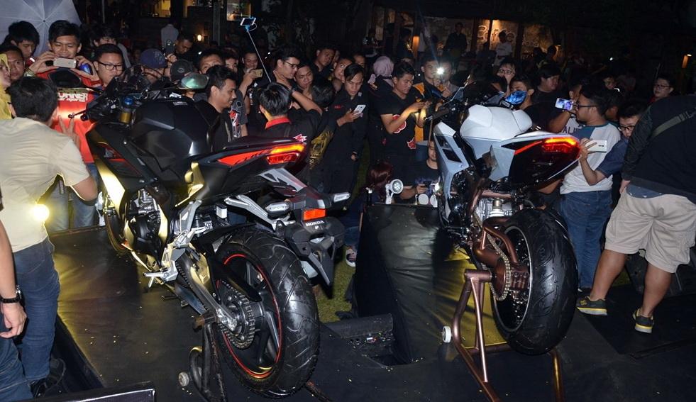 Komunitas pecinta motor sport Honda mengikuti kegiatan All New Honda CBR250RR Premiere Night di Cafe Stilrod, Surabaya, Jawa Timur (6/8). Gelaran ini berhasil memikat 150 anggota komunitas yang penasaran melihat lebih dekat All New Honda CBR250RR. Ist