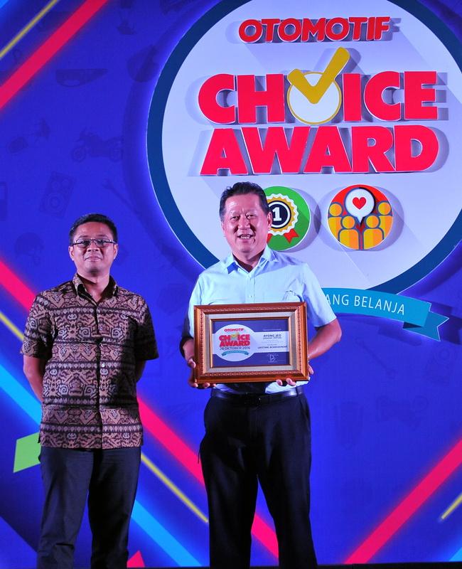 Ayong Jeo (kanan) sesaat menerima Lifetime Achivement di OCA 2016. Dia adalah CEO PT Kramat Motor, perusahaan di bidang audio dan car entertainment.sekaligus ketua umum Gabungan Aftermarket Otomotif Indonesia. Ist
