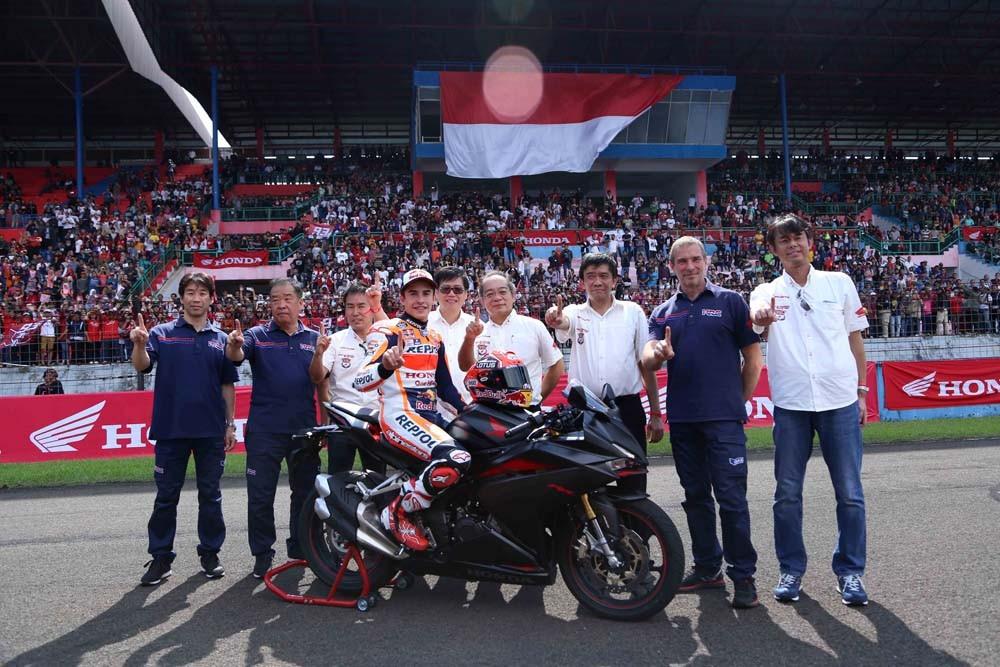 "Juara dunia MotoGP 2016 Marc Marquez berfoto bersama jajaran direksi AHM (baju putih) dan Repsol Honda Team (baju biru) setelah menjajal motor terbaru All New Honda CBR250RR di acara ""Meet and Greet bersama Marc Marquez"" di Sentul, Jawa Barat."