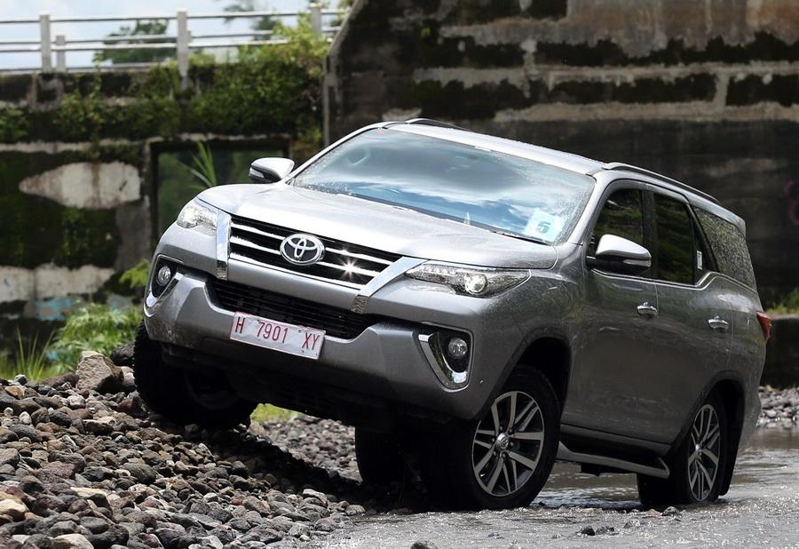 Toyota Fortuner juga meraih penjualan yang bagus di segmen SUV.  Ist