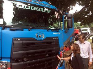 Dubes Swedia untuk Indonesia Mrs. Johanna Brismar Skoog (kiri) didampingi Marketing Director UD Trucks Indonesia Jurn Terpstra, mininjau Quester, truk andalan. Ist