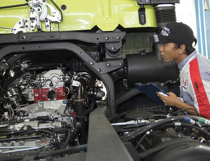Mekanik ini bukan sedang 'melototin' truk, Hino tapi sedang mencari solusi untuk perbaikan pada ajang CS 2016. Ist