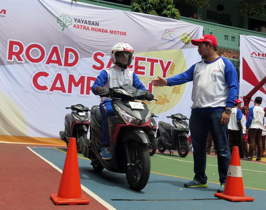 Safety riding digelar Yayasan Astra Honda Motor yang diikuti para siswa SMA binaan AHM..  Ist