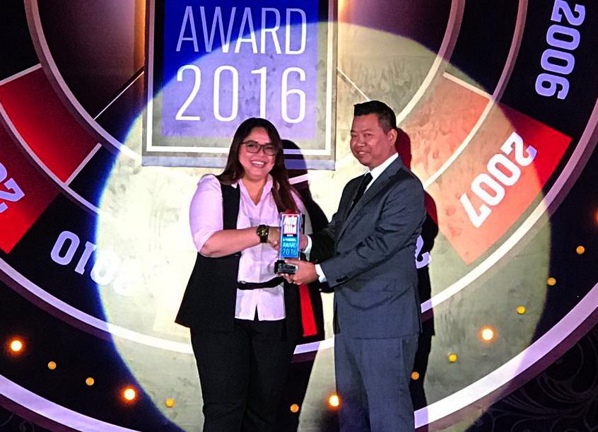Intan Vidiasari, Head of MMC Public Relations KTB (kiri) menerima trophy Auto Bild Award 2016 untuk produk kendaraan penumpang Mitsubishi yang diserahkan oleh Bimo Aribowo, Editor in Chief Auto Bild Indonesia.  Ist