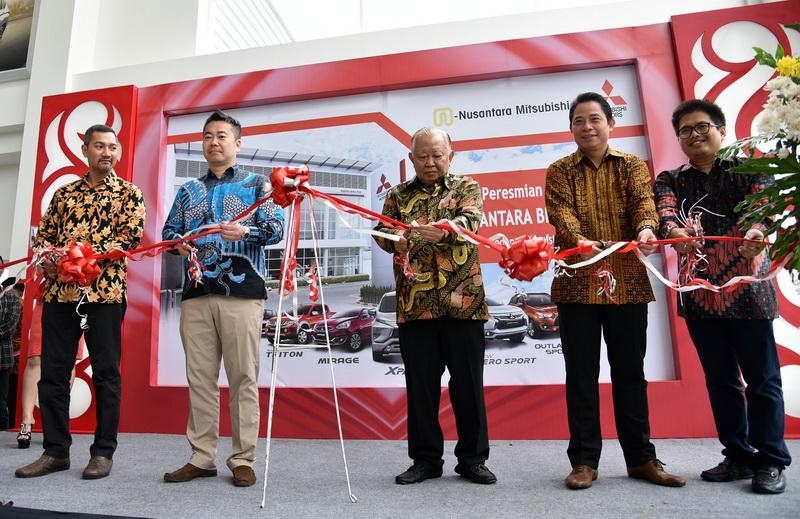 Osamu Iwaba (kedua kiri) didampingi manajemen, meresmikan diler baru di Medan, kamis (30/8). Ist