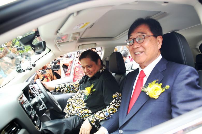Menperin RI Airlangga Hartarto ditemani CEO Mitsubishi Motors Osamu Masuko menjajal Outlander PHEV.  Ist