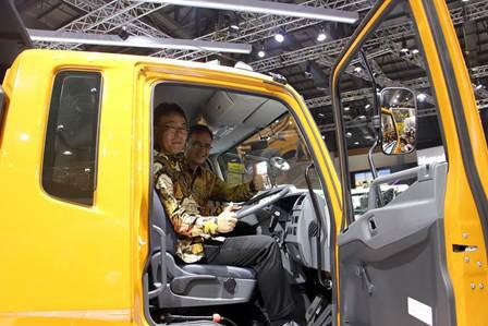 Atsushi Kurita, President Director PT Krama Yudha Tiga Berlian Motors dan Thomas Hilse, CEO Daimler South East Asia Pte, Ltd. Ist