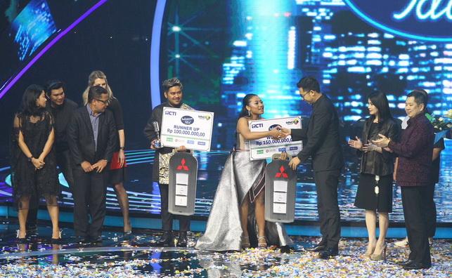 Yuliandre Darwis - Ketua Komisi Penyiaran Indonesia, menyerahkan secara simbolik hadiah Mitsubishi XPANDER kepada Maria Simorangkir, juara Indonesian Idol 2018 RCTI.  Ist