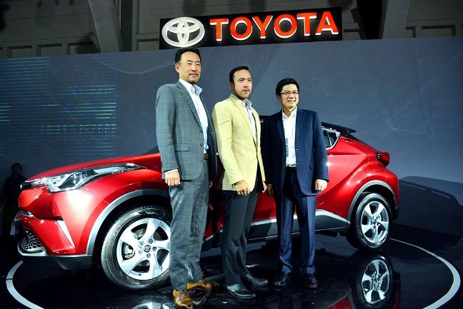 Jajaran manajemen PT Toyota Astra Motor berpose di jagoan baru: All New C-HR.  Ist