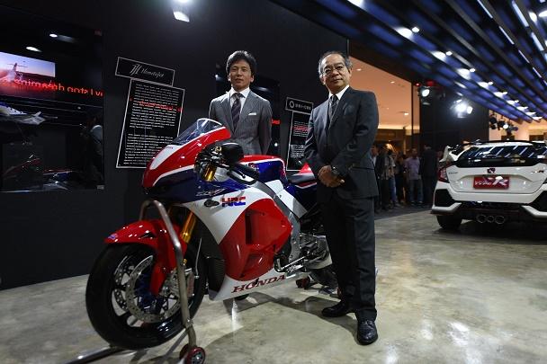 Inilah motor balap Honda versi jalan raya, menjadi andalan Honda dalam pencapaian teknologi motor balap. Diapit oleh petinggi PT Astra Honda Motor. Ist