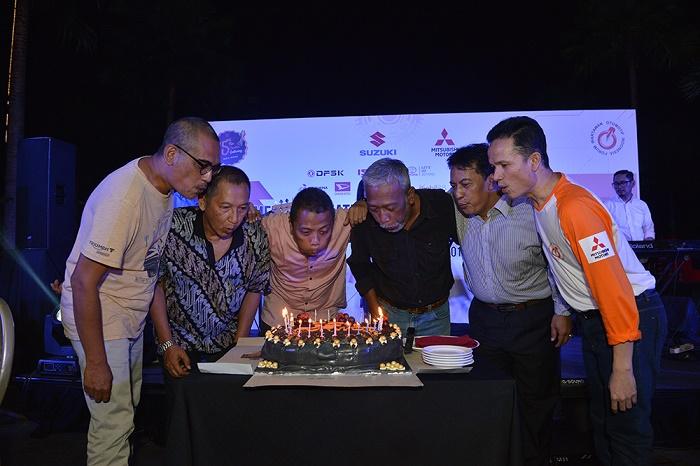 Selamatan di malam hari dengan meniup lilin kue ulang tahun.  Ist