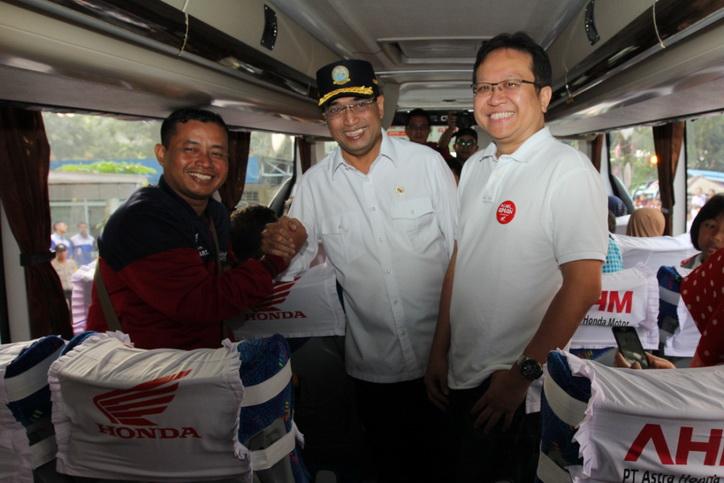 Menteri Perhubungan RI Budi Karya Sumadi bersama Marketing Director AHM Thomas Wijaya menyapa langsung peserta Mudik Balik Bareng Honda sesaat sebelum diberangkatkan dengan bus pada Minggu (10/6).  Ist