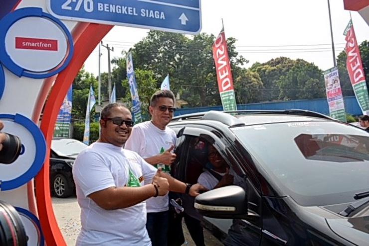 Customer First Advisor TAM Dadi Hendriadi (kanan) didampingi Katsuhiko Takeda (kiri) berbicara dengan salah satu anggota Toyota Owner Club (TOC) peserta mudik lebaran komunitas Toyota,  di Posko Siaga dan Bengkel Siaga (Bengkel Mudik) Toyota Rest Area Tol Jakarta -Cikampek KM 57, Karawang.  Ist