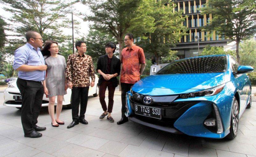 Manajemen Toyota berfoto di samping salah satu model mobil yang akan dipamerkan di GIIAS 2018.  Ist