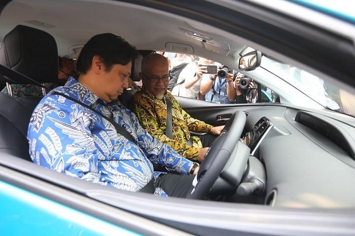 Menperin RI Airlangga Hartarto menjajal mobil elektrifikasi Toyota, didampingi Warih Andang Tjahjono - Presiden Direktur TMMIN.  Ist