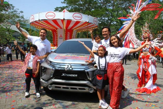 """''Agent of Happiness' Keluarga Sasono (Dwi Sasono, Widi Mulia dan putra putri mereka, Dru dan Widuri), Product Ambassador Mitsubishi Motors Indonesia, Rifat Sungkar berpose dengan XPANDER pada seremoni pembukaan """"XPANDER Tons of Real Happiness.""""  Ist"""