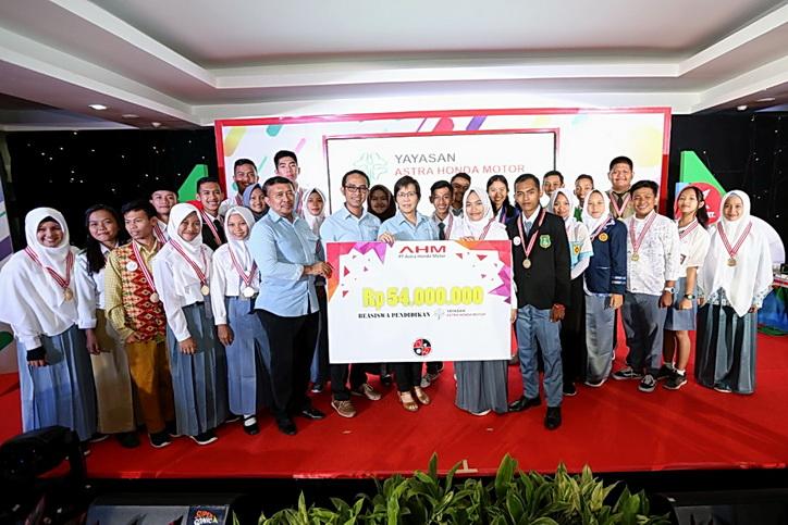 Manajemen dan sponsor berfoto bersama para pemenang AHM Best Student 2018.  Ist