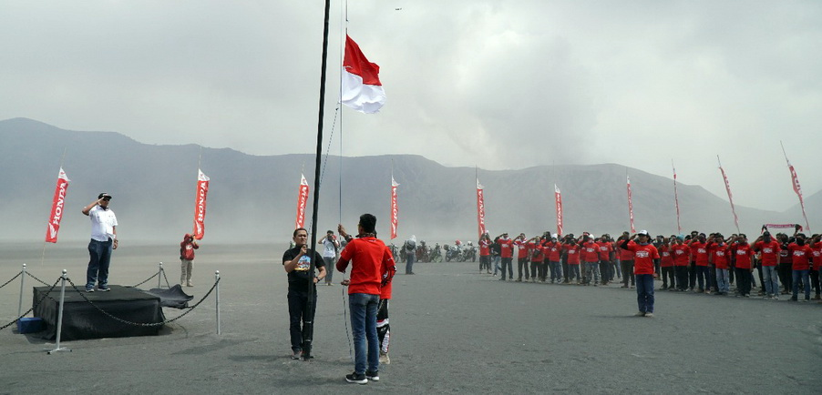 Selepas melakukan touring, komunitas ASFI Jawa Timur melakukan upacara bendera peringatan kemerdekaan RI ke-73 di Gunung Bromo, Jawa Timur. Ist