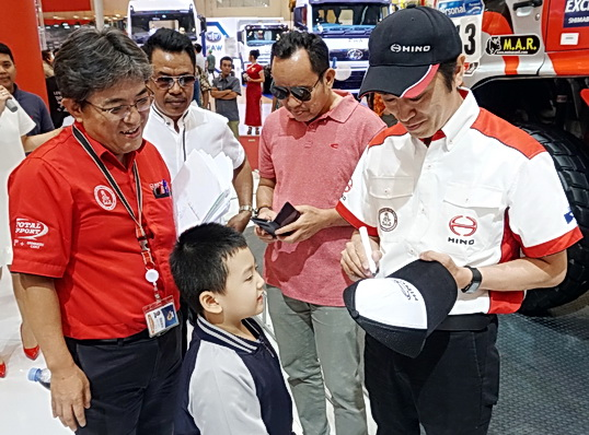Fans cilik tengah meminta tanda tangan Teruhito Sugawara(kanan), usai acara.  Ist