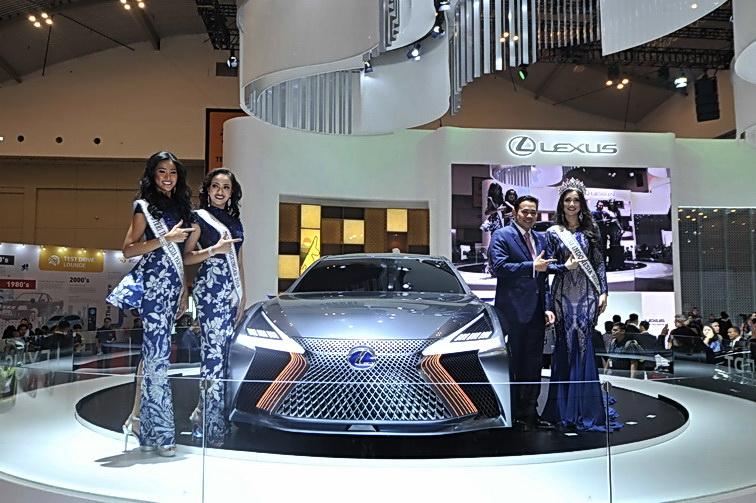 GM Lexus Indonesia, Adrian Tirtadjaja (kedua kanan) berpose di dekat Lexus LS+ Concept. Ist