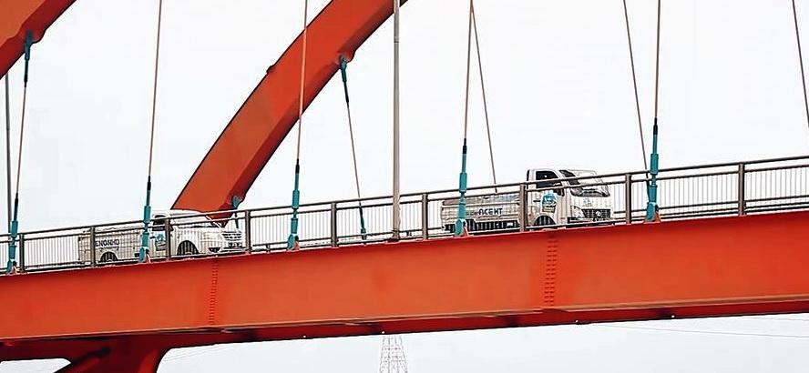 Rombongan Tata Jelajah Pasar Nusantara 2018 saat melintas di jembatan.  Ist