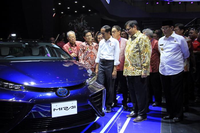 Presiden RI Joko Widodo melongok booth Toyota di GIIAS 2018 dan melihat Toyota Mirai. Kehadiran Mirai FCEV di GIIAS 2018 merupakan wujud keseriusan Toyota mendukung kebijakan elektrifikasi industri otomotif nasional yang tengah dicanangkan pemerintah Indonesia. Ist