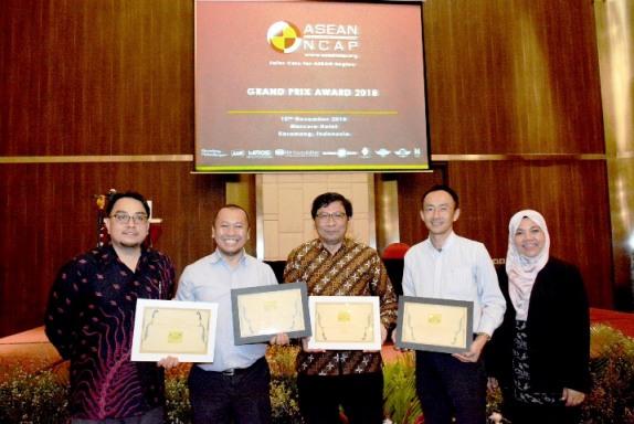 Para penerima ASEAN NCAP.  Dan, Toyota (dua kiri) dinobatkan sebagai yang terbaik dan berhak mendapat gelar penghargaan ASEAN NCAP Excellent Award The Most 5 Star Brand (2017-2018). Ist