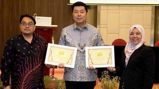 Jonfis Fandy (tengah) diapit panitia sesaat menerima award ASEAN NCAP.  Ist