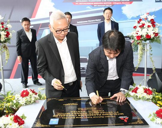 Suhardi Chandra – President Director Setiakawan Menara Motor Group; Naoya Nakamura – President Director of MMKSI saat penandatanganan prasasti.  Ist