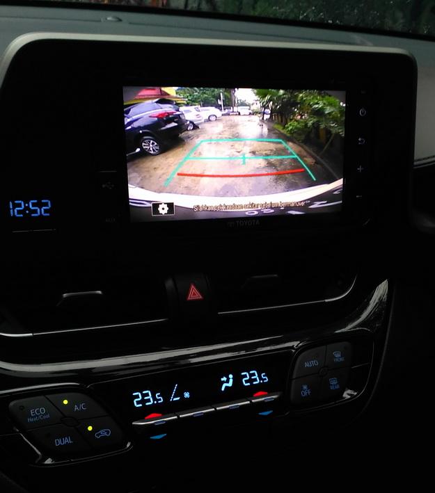 Fitur kamera mundur yang membantu dalam parkir.  Ist