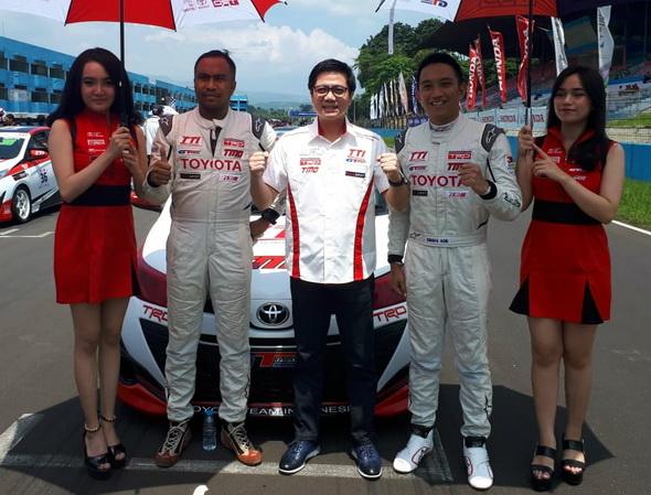 Henry Tanoto selaku Vice President Director PT Toyota-Astra Motor (tengah) berfoto bersama Pembalap TTI sebagai bentuk dukungannya kepada TTI. Ist