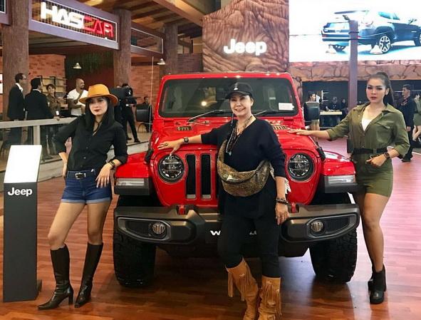 All New Jeep Wrangler makin membetot perhatian ketika model molek berada di sampingnya. Ist