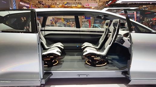 Desain mobil tanpa Pilar B, untuk memberikan akses keluar-masuk penumpang lebih mudah & kabin lebih luas.  Ist