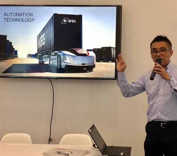 Kishi Nobuhito - Vice President UD Trucks Key Account Management memaparkan teknologi truk masa depan.  Ist
