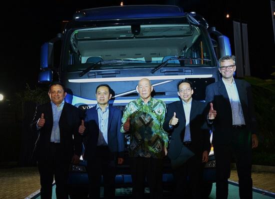 Kiri ke kanan: Eka Lovyan (COO Indotruck Utama), Bambang Prijono ( Presiden Direktur Indotruck Utama), Jofsef Utamin (BOD Indomobil), Tjong Bie (CEO Indotruk Utama), Jurn Trepstra (Managing Director Volvo Truck Indonesia).  Ist