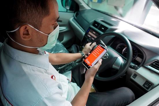 Tampak pengemudi mobil spesimen Avanza tengah bersiap menunggu pemesanan penggunaan kendaraan  dari instansi kesehatan yang membutuhkan melalui aplikasi, di Pool TRAC Condet Jakarta Timur, Jumat (5/6).  Ist