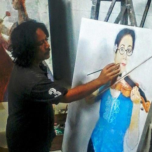 Sedang menggarap lukisan. Ist